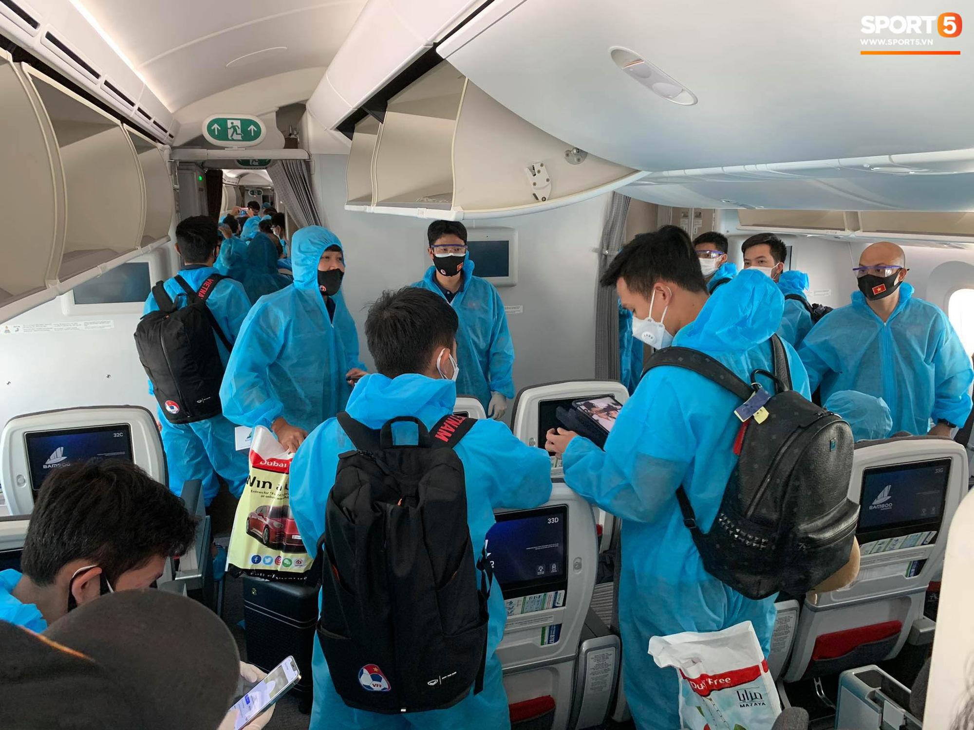 Hậu vệ tuyển Việt Nam ngẩn ngơ vì bị thất lạc điện thoại từ UAE - Ảnh 3.