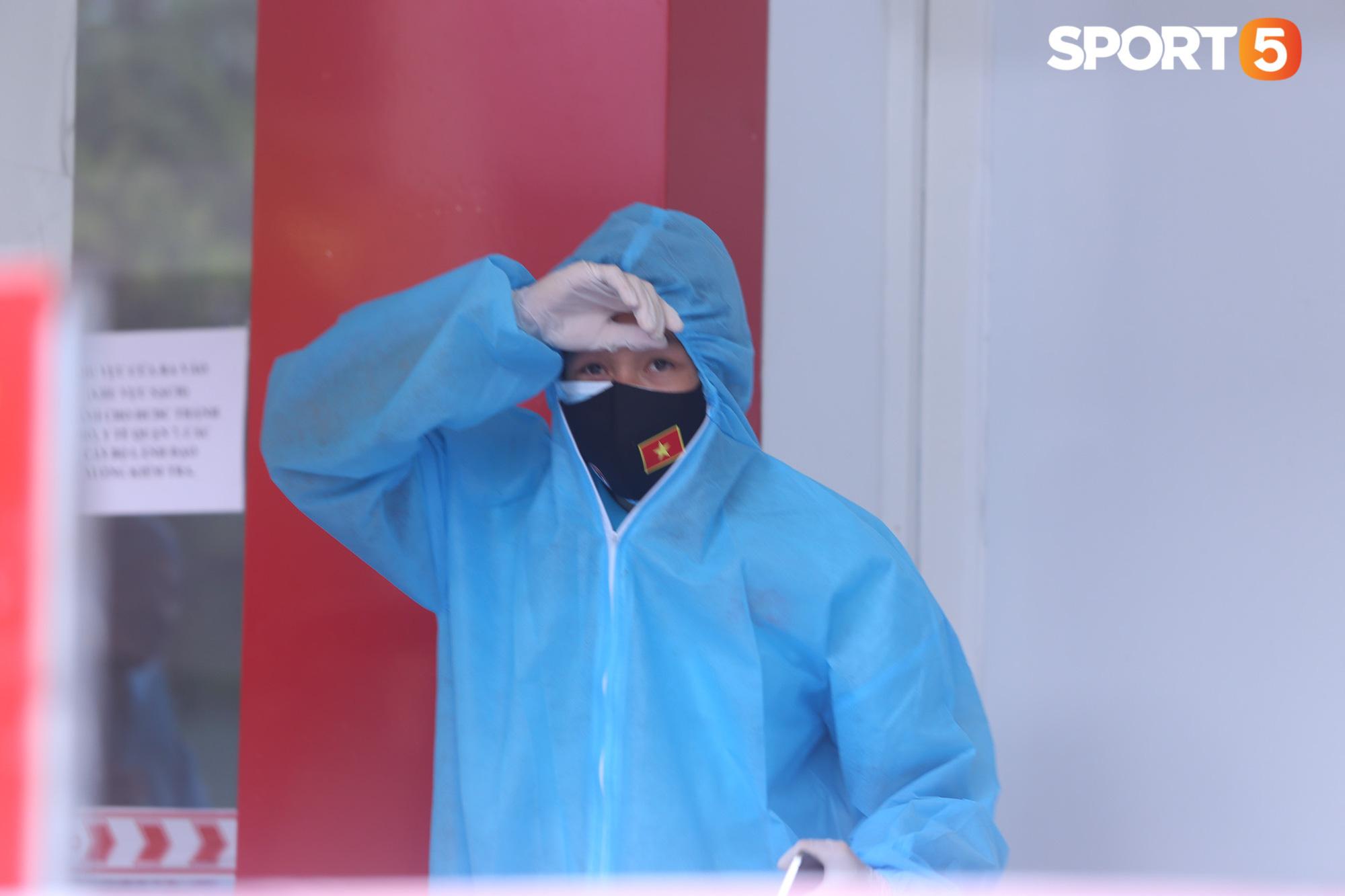 Tiền vệ tuyển Việt Nam khiến đồng đội lo lắng khi nhiệt độ cơ thể cao hơn bình thường - Ảnh 2.