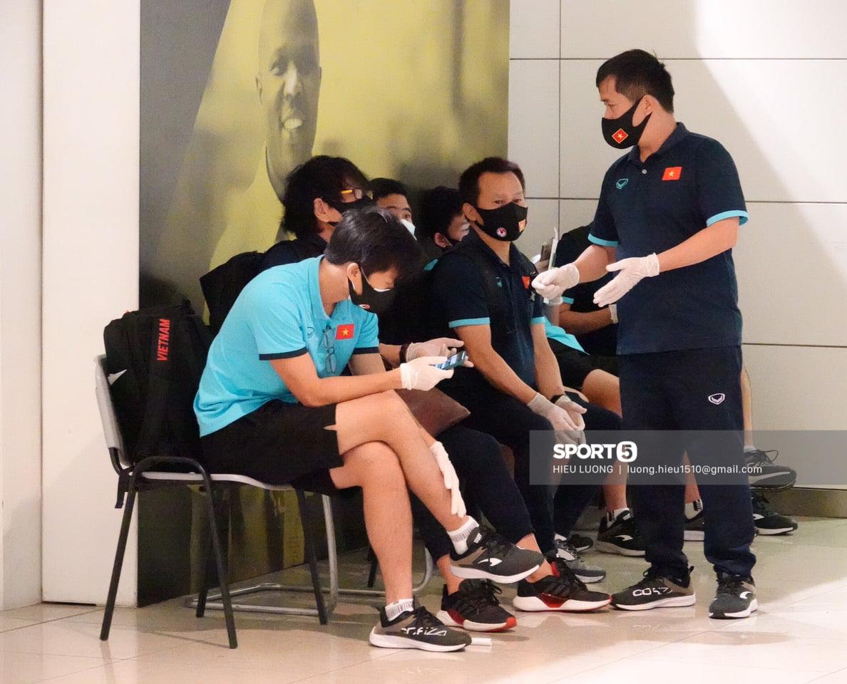 Những mẩu chuyện vui của tuyển Việt Nam ở sân bay Dubai và Tân Sơn Nhất - Ảnh 5.