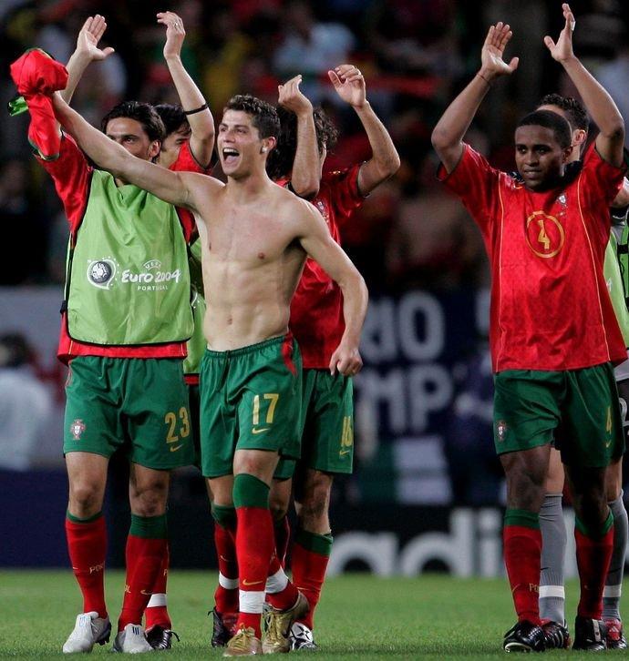Choáng với màn lột xác ngoạn mục của Ronaldo sau 17 năm: Anh chàng từng bị chê gầy nhẳng giờ đã có 6 múi sầu riêng thơm phức - Ảnh 3.