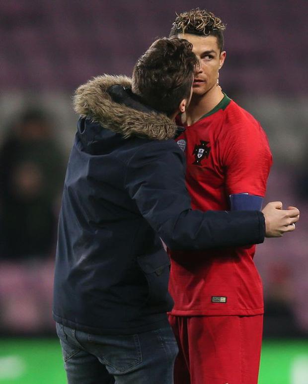 """Đánh liều chạy vào sân, """"fan cuồng"""" được Ronaldo nựng má: Biểu cảm của cậu thanh niên chứng minh CR7 vĩ đại thế nào - Ảnh 8."""