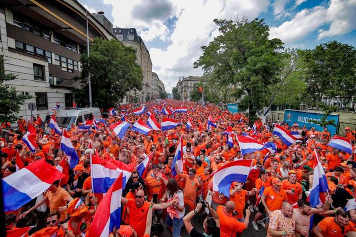Hành trình cảm xúc của fan Hà Lan từ vui sướng tới thất vọng trong ngày đội nhà thua sốc trước CH Séc - Ảnh 1.