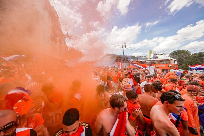 Hành trình cảm xúc của fan Hà Lan từ vui sướng tới thất vọng trong ngày đội nhà thua sốc trước CH Séc - Ảnh 2.