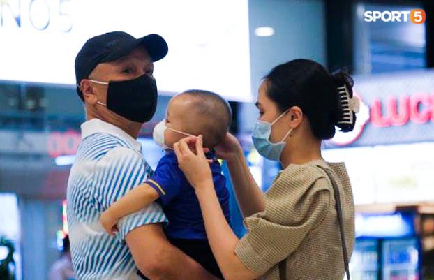 Khoảnh khắc ấm lòng: Duy Mạnh đoàn tụ cùng vợ con sau gần 2 tháng xa cách  - Ảnh 2.