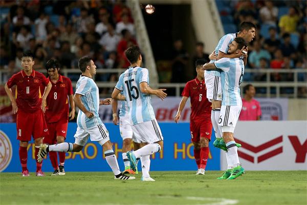 """5 đồng đội của Messi ở Argentina từng sang Việt Nam thi đấu: """"Găng tay vàng"""" Martinez bị khuất phục - Ảnh 4."""