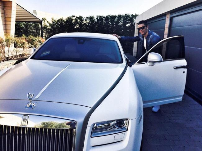 Ronaldo gây sốt MXH với bức ảnh lịch lãm bên cạnh siêu xe Rolls-Royce Ghost - Ảnh 2.
