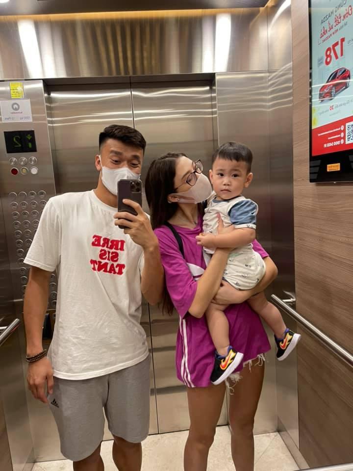 Bùi Tiến Dũng ôm chặt bạn gái mẫu Tây ở sân bay Tân Sơn Nhất - Ảnh 3.