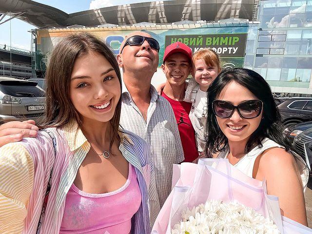 Bùi Tiến Dũng ôm chặt bạn gái mẫu Tây ở sân bay Tân Sơn Nhất - ảnh 4