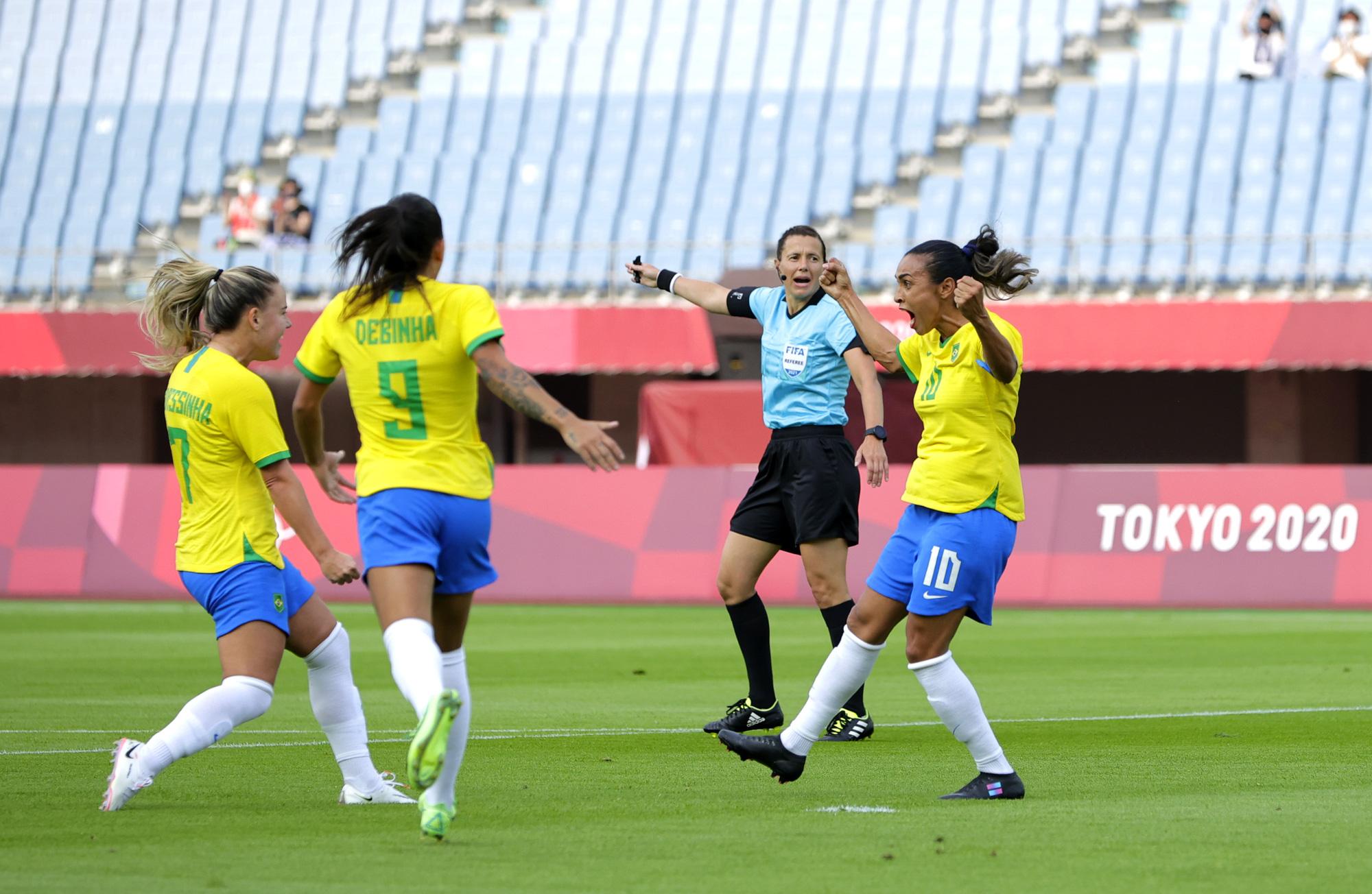 Hủy diệt tuyển Trung Quốc 5 bàn không gỡ, 2 nữ huyền thoại bóng đá Brazil lập kỷ lục Olympic - ảnh 3