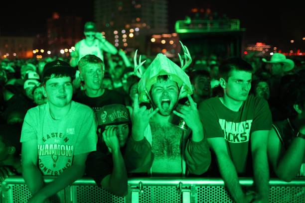 """Sau 50 năm, người hâm mộ Milwaukee Bucks mới được """"cuồng nhiệt"""" cùng chiến thắng lịch sử - Ảnh 24."""