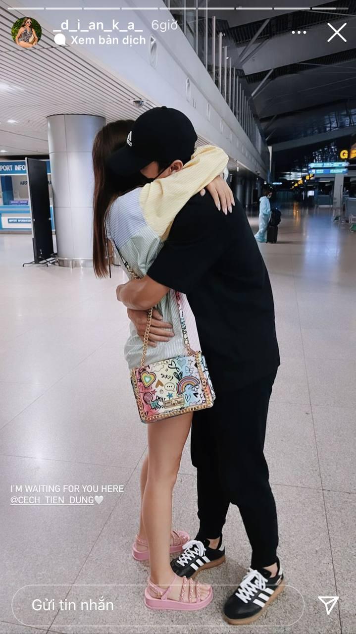 Bùi Tiến Dũng ôm chặt bạn gái mẫu Tây ở sân bay Tân Sơn Nhất - Ảnh 1.