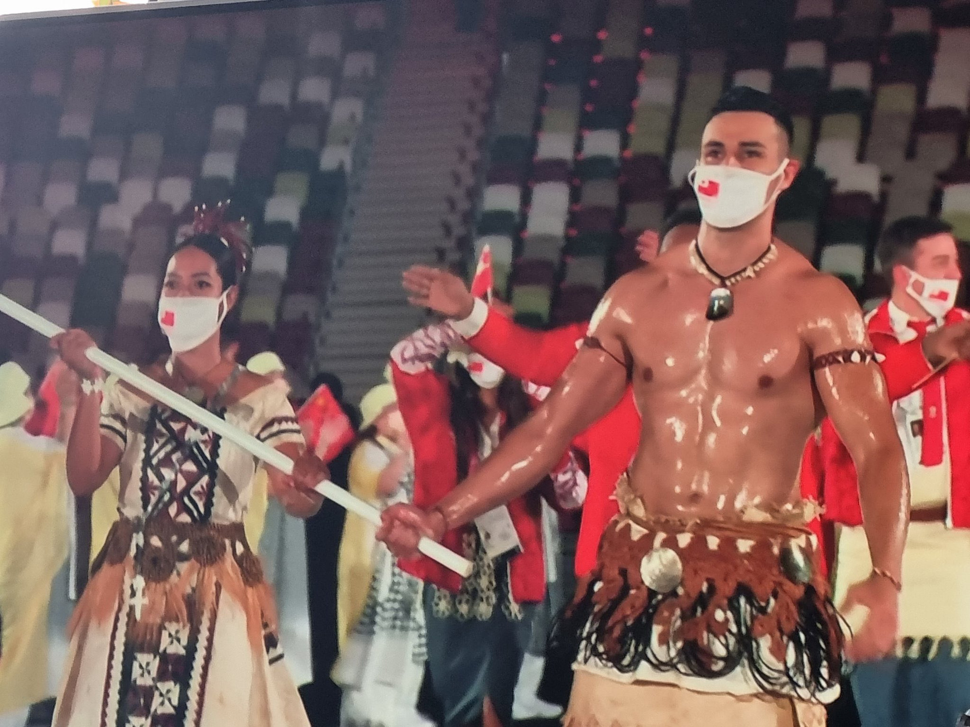 Nam thần xứ Tonga làm điên đảo mạng xã hội với màn cởi trần khoe body cơ bắp bóng nhẫy tại lễ khai mạc Olympic 2020 - Ảnh 4.