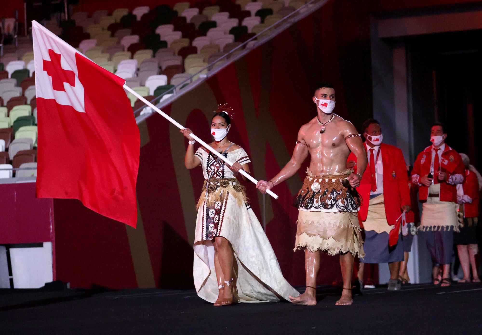 Nam thần xứ Tonga làm điên đảo mạng xã hội với màn cởi trần khoe body cơ bắp bóng nhẫy tại lễ khai mạc Olympic 2020 - Ảnh 3.