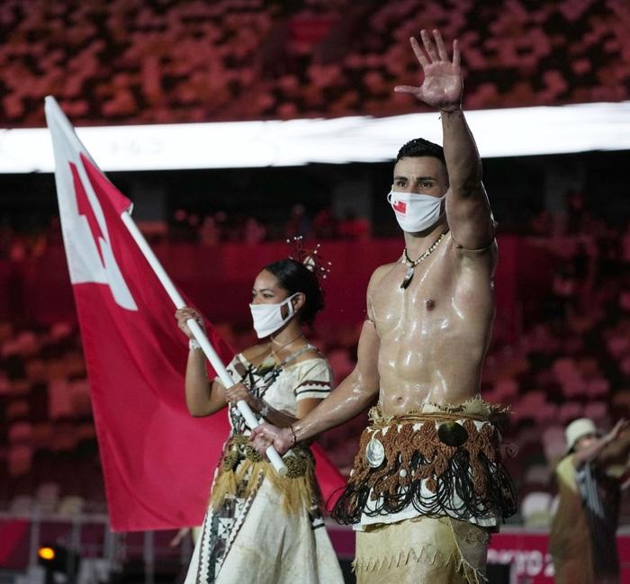 Nam thần xứ Tonga làm điên đảo mạng xã hội với màn cởi trần khoe body cơ bắp bóng nhẫy tại lễ khai mạc Olympic 2020 - Ảnh 2.