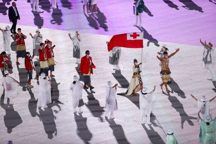 Nam thần xứ Tonga làm điên đảo mạng xã hội với màn cởi trần khoe body cơ bắp bóng nhẫy tại lễ khai mạc Olympic 2020 - Ảnh 6.