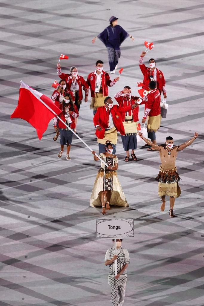 Nam thần xứ Tonga làm điên đảo mạng xã hội với màn cởi trần khoe body cơ bắp bóng nhẫy tại lễ khai mạc Olympic 2020 - Ảnh 7.