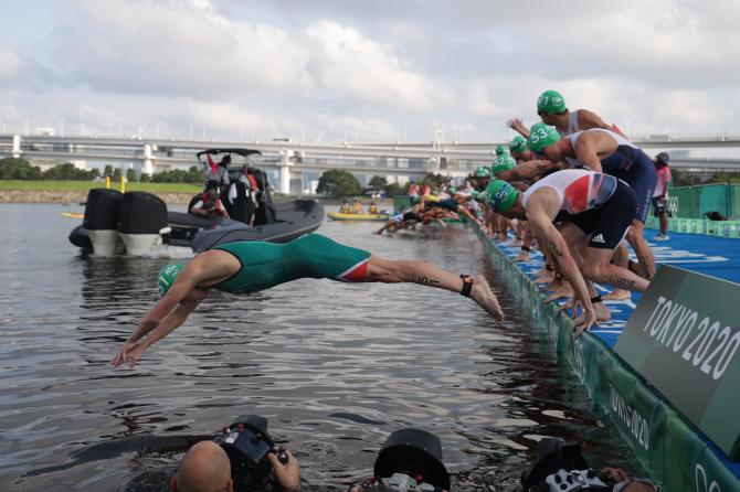 Tình huống thót tim tại Olympic Tokyo: Chiếc thuyền lao đến khi các VĐV vừa nhảy xuống bơi - Ảnh 2.