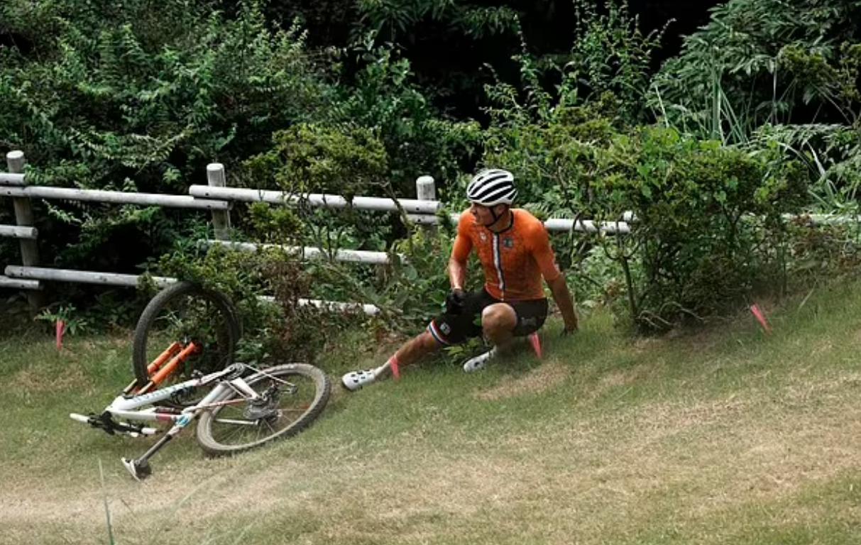 Không biết tấm ván bị BTC Olympic bỏ đi, tay đua ngã cắm đầu xuống tảng đá và phải nhập viện - ảnh 3