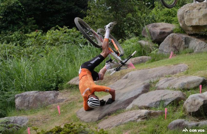 Không biết tấm ván bị BTC Olympic bỏ đi, tay đua ngã cắm đầu xuống tảng đá và phải nhập viện - ảnh 4