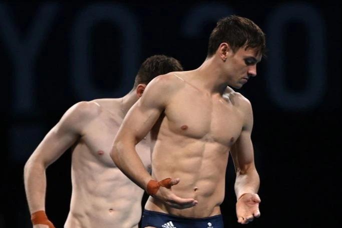 Cặp nam thần của Vương quốc Anh nghẹt thở giành HCV tại Olympic: Mỗi khi đứng chung tạo ra khoảnh khắc có rất nhiều múi - Ảnh 1.