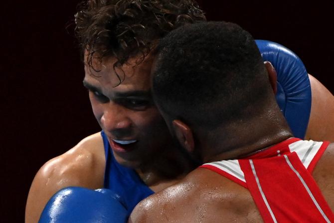 Khoảnh khắc phi thể thao nhất Olympic Tokyo: Võ sĩ boxing há cái miệng đầy nước để cắn vào mặt đối thủ - Ảnh 3.