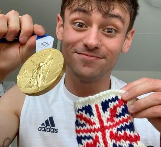 Góc đáng yêu: Nam thần nhảy cầu tự may túi đựng huy chương Olympic bằng len… cho khỏi xước - Ảnh 2.