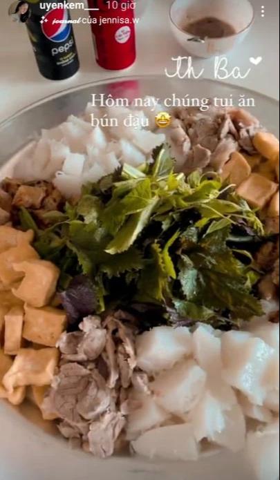 Hội cầu thủ thi nhau khoe đồ ăn mùa dịch: Đức Chinh qua bữa bằng mỳ tôm, Thành Chung ấm no nhờ bạn gái - Ảnh 1.