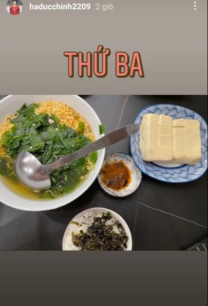 Hội cầu thủ thi nhau khoe đồ ăn mùa dịch: Đức Chinh qua bữa bằng mỳ tôm, Thành Chung ấm no nhờ bạn gái - Ảnh 2.