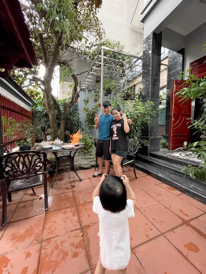 Con gái Tiến Dũng chụp ảnh cho bố mẹ, quấn quýt khi bố về nhà sau 3 tháng đi xa - ảnh 1