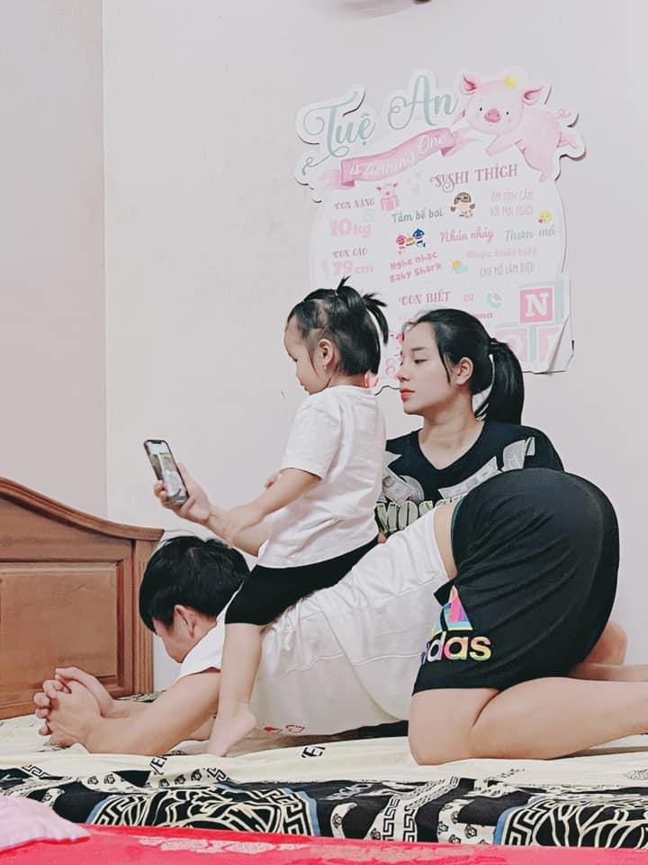 Con gái Tiến Dũng chụp ảnh cho bố mẹ, quấn quýt khi bố về nhà sau 3 tháng đi xa - ảnh 2