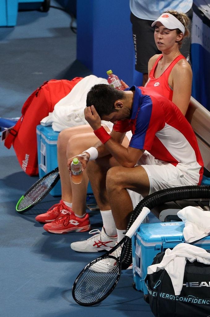 Thua hai trận liên tiếp, Djokovic tan mộng cú đúp vàng chỉ trong một buổi tối - Ảnh 2.
