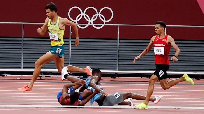 Tự dưng mất oan phần thi vì cú ngã của đối thủ, VĐV Olympic có hành động bất ngờ khiến tất cả cảm phục - Ảnh 2.