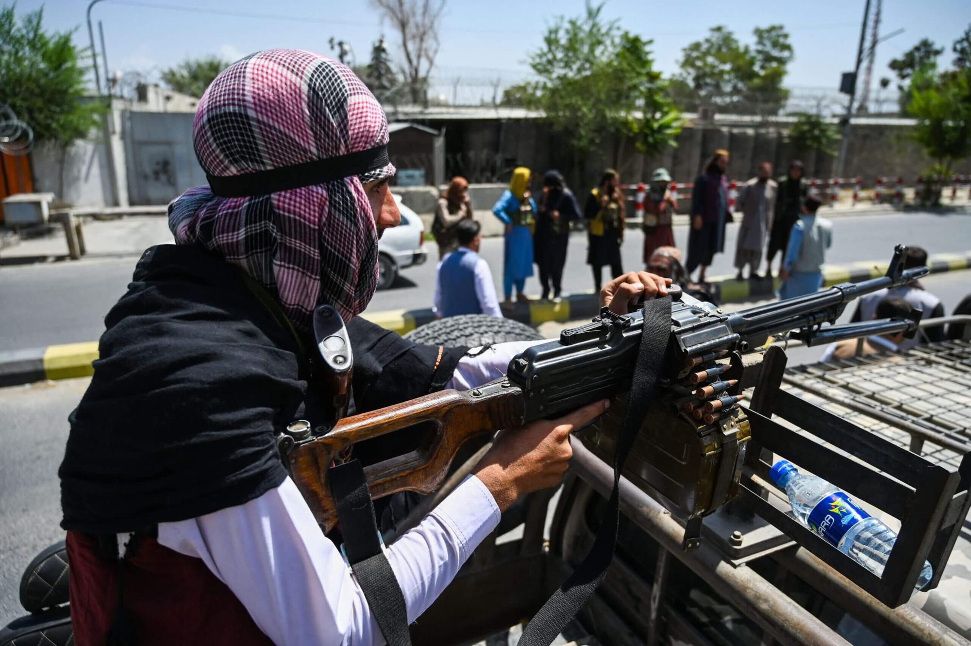 """""""Sợ hãi và tuyệt vọng"""", nỗi niềm của những nữ cầu thủ đang mắc kẹt tại Afghanistan - Ảnh 1."""