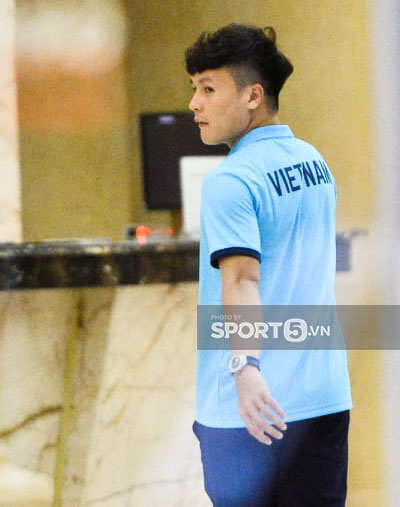 Cập nhật ĐT Việt Nam trước giờ sang Saudi Arabia: Cầu thủ đeo mũ bảo hộ ngừa Covid - Ảnh 5.