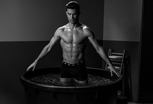 Cristiano Ronaldo tắm nước đá sau trận