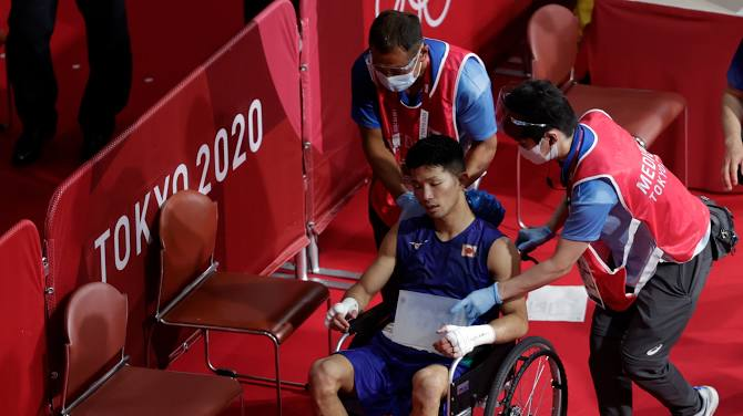 Võ sĩ Nhật Bản vẫn giành chiến thắng tại Olympic Tokyo dù bị đấm đến suýt chết, phải rời nhà thi đấu trên xe lăn - Ảnh 3.