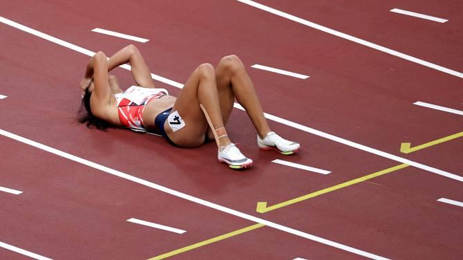 Xúc động khoảnh khắc nữ VĐV nén đau hoàn tất phần thi tại Olympic - Ảnh 2.