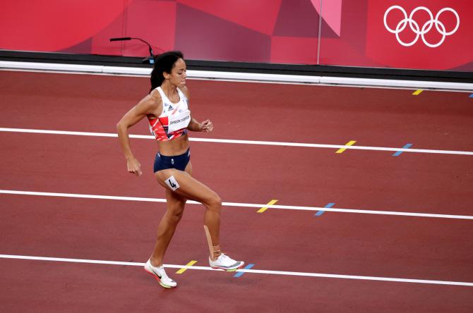 Xúc động khoảnh khắc nữ VĐV nén đau hoàn tất phần thi tại Olympic - Ảnh 5.