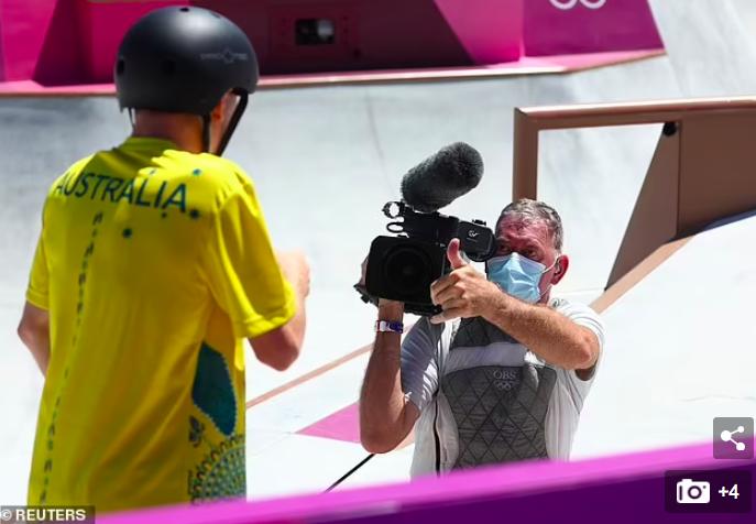 VĐV trượt ván khiến người quay phim ngã ngửa tại Olympic - Ảnh 3.