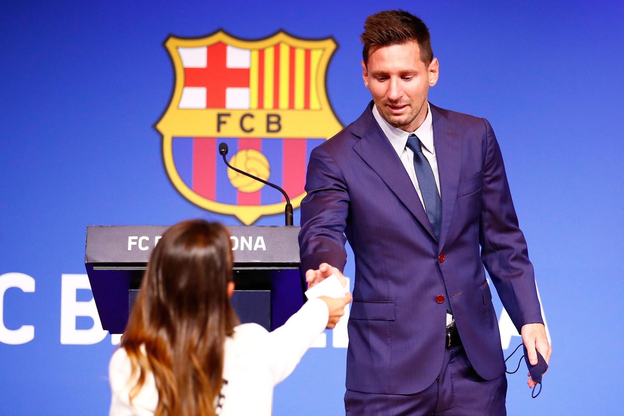 Messi khóc nức nở ngay khi bước vào buổi họp báo chia tay Barcelona - Ảnh 5.