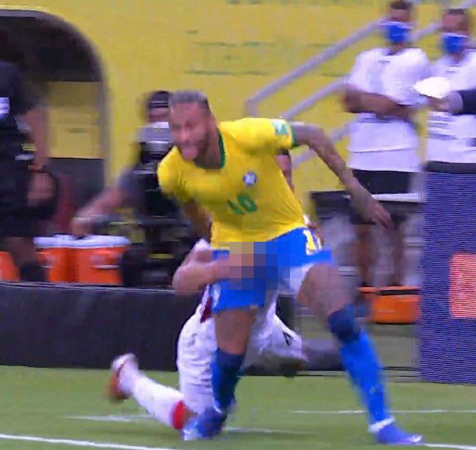 Phương pháp cản đối thủ không giống ai của cầu thủ Peru
