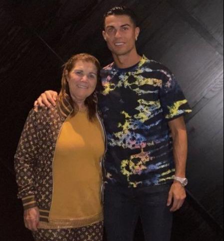 Ronaldo và bạn gái đưa mẹ Dolores đi ăn mừng màn ra mắt MU hoàn hảo - Ảnh 2.