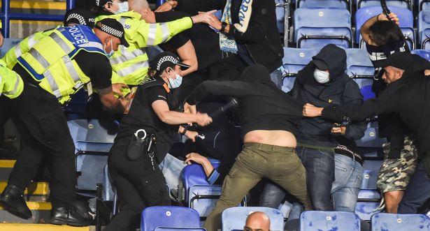 Fan Napoli đánh nhau với cảnh sát và CĐV Leicester - Ảnh 1.