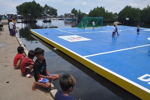 Sân bóng nổi trên mặt nước tại Thái Bình Dương – nơi cầu thủ phải bơi để nhặt bóng! - Ảnh 5.