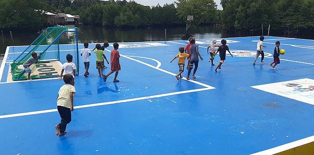 Nếu đá bóng ra khỏi sân, các cầu thủ nhí sẽ phải bơi để lấy lại