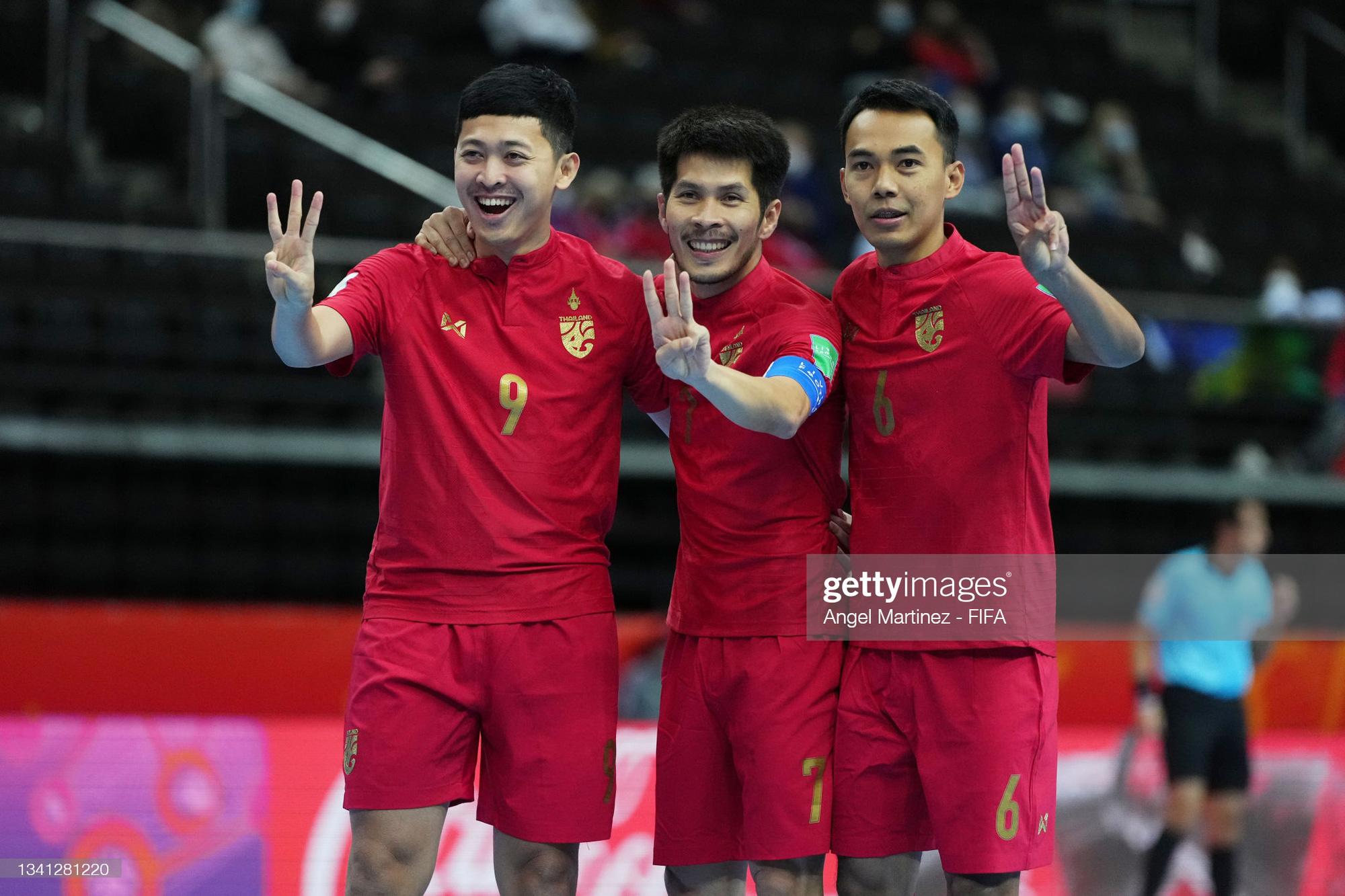 Fan Việt Nam và Thái Lan cùng ăn mừng khi 2 đội tuyển lọt vào vòng 16 đội Futsal World Cup 2021 - ảnh 2