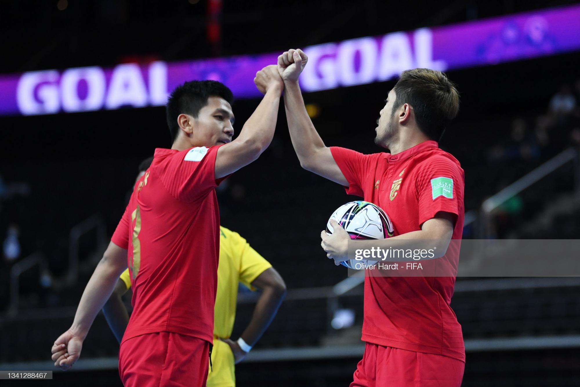 Fan Việt Nam và Thái Lan cùng ăn mừng khi 2 đội tuyển lọt vào vòng 16 đội Futsal World Cup 2021 - ảnh 3