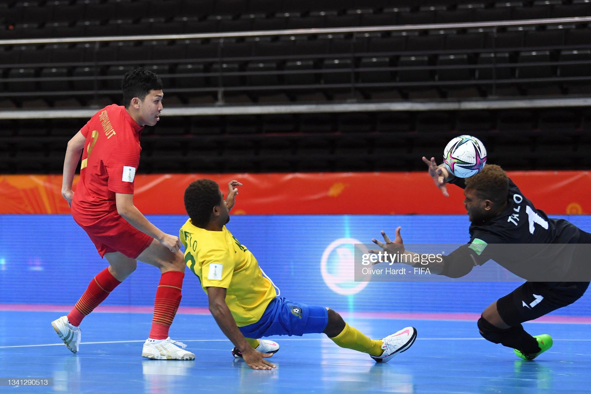 Fan Việt Nam và Thái Lan cùng ăn mừng khi 2 đội tuyển lọt vào vòng 16 đội Futsal World Cup 2021 - ảnh 4