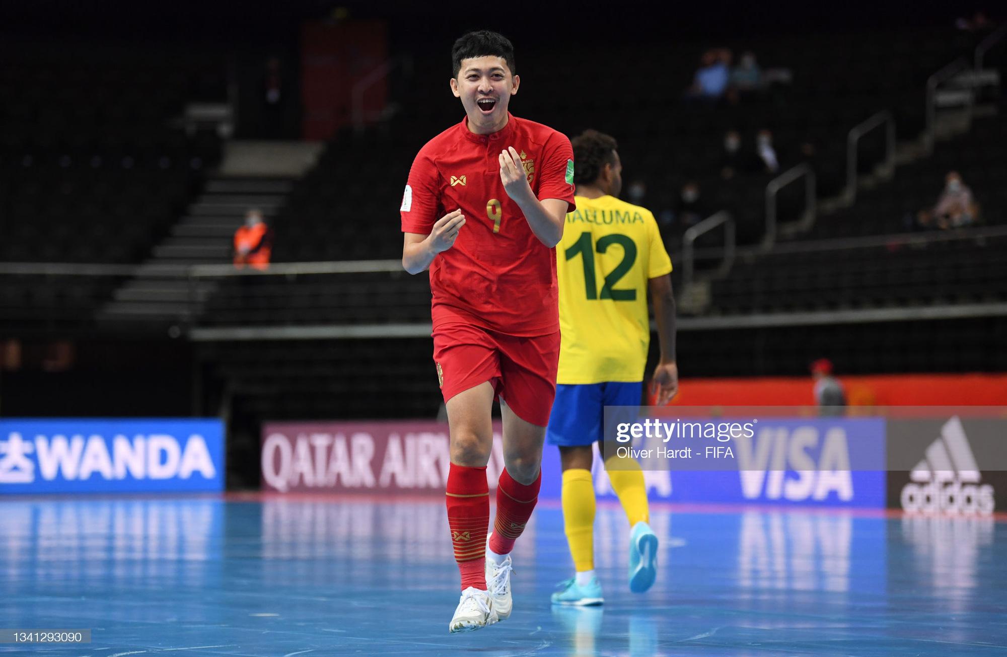 Fan Việt Nam và Thái Lan cùng ăn mừng khi 2 đội tuyển lọt vào vòng 16 đội Futsal World Cup 2021 - ảnh 1