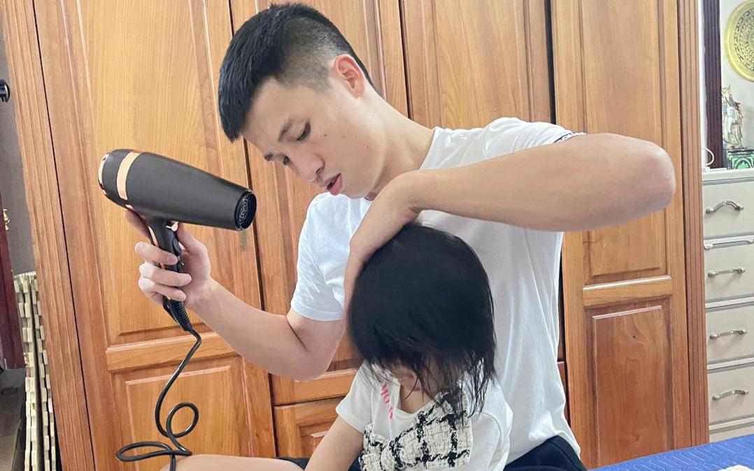 Bùi Tiến Dũng sấy tóc cho con gái, Duy Mạnh mua quà trung thu muộn tặng con trai